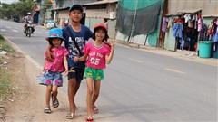 Cha mẹ đều bỏ đi, ba đứa trẻ đội nắng bán vé số kiếm tiền chữa bệnh cho người ông bại liệt