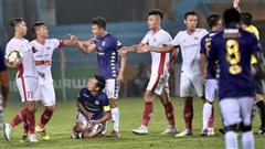 Trọng Đại hứng đầy 'gạch đá' vì sút bóng cực mạnh vào đội trưởng Hà Nội FC nằm trên sân