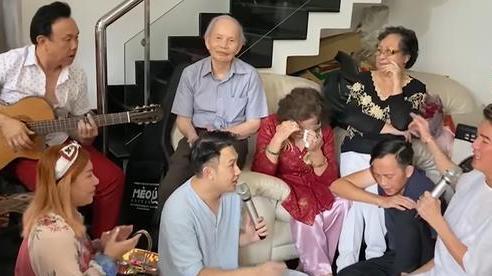Mẹ Hoài Linh bật khóc trước hành động của Đàm Vĩnh Hưng