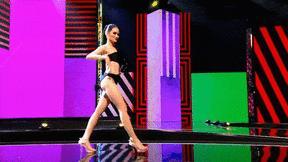 Á hậu Thái Lan mặc bikini đi catwalk xoay 4 vòng như lốc xoáy