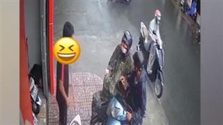 Đâm xe máy vào nhau, hai người đàn ông có hành động đáng ngạc nhiên