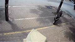Xe máy KHÔNG NGƯỜI LÁI 'hùng hổ' lao qua đường, phi lên vỉa hè để đâm đổ xe khác