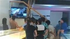 Vụ nam sinh 14 tuổi cải trang thành nữ trộm tiệm vàng ở Thanh Hóa: Bố mẹ nghi phạm sốc khi nhận tin