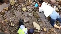 Chồng ném vợ từ trên cầu xuống vì cãi nhau trên đường đi làm thủ tục ly hôn