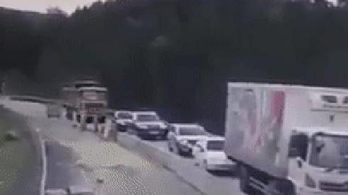 Kinh hoàng xe tải mất lái phóng như bay, ít nhất 4 xe con nát vụn