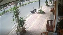 Lại một xe máy KHÔNG NGƯỜI LÁI lao như bay vỉa hè, đâm vỡ tủ kính nhà dân