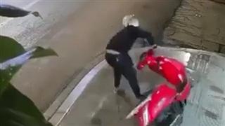 Tên trộm xe vụng về, lóng ngóng nhất Vịnh Bắc Bộ là đây!