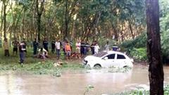 Ô tô băng qua đập tràn bị nước nhấn chìm: Tài xế nói dùng Google Map tìm đường tắt, đi nhanh nên không kịp xử lý