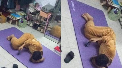 Mua thảm về tập thể dục, cô gái khiến tất cả ngao ngán vì pha cuộn người... nằm nghịch
