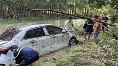 Đồng Nai: Ô tô đang chạy trong mưa lớn bị nhấn chìm xuống dòng nước xiết, con trai tung cửa cứu mẹ lên bờ