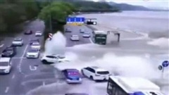 Clip: Triều cường tràn qua bờ kè, đánh dạt hàng chục chiếc ô tô