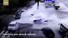 Sóng lớn cuốn phăng ô tô đang đi trên đường ở Trung Quốc