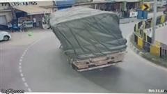 Xe tải cua gấp, lật ngang giữa đường, người dân thoát chết trong gang tấc