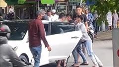 Thanh niên bị nhóm người 'bắt cóc' giữa ban ngày, bạn lao ô tô tới giải cứu