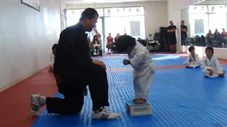 Cậu bé siêu đáng yêu khi tập võ