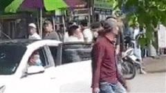 Clip: Kinh hoàng cảnh hỗn chiến bằng xe bán tải trên đường phố gây xôn xao dư luận