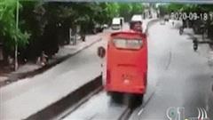Clip: Xe khách đâm tử vong người phụ nữ, lật giữa đường rồi va chạm liên tiếp với ô tô tải