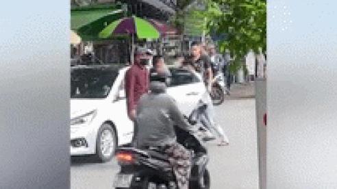 Clip: Xe bán tải lao thẳng vào khoảng 10 thanh niên đang hỗn chiến giữa đường