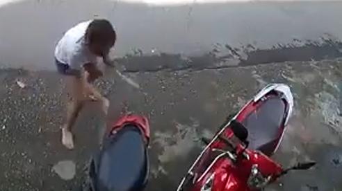 2 tay cầm dao, người phụ nữ điên cuồng chém… xe máy