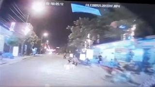 Bé gái bất ngờ lao sang đường và pha xử lý giật mình của tài xế