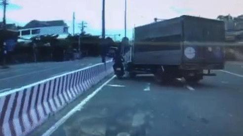 Clip: Bị nam thanh niên đi xe máy 'quấy rối', tài xế xe tải có pha trả đũa kinh hoàng tưởng chỉ có trong phim