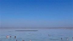 Cận cảnh hồ muối được ví như 'tấm gương của bầu trời' tại Trung Quốc