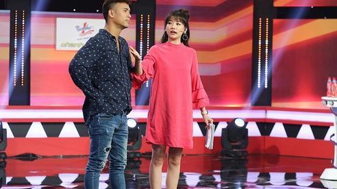 Làm MC, Hari Won có đôi ba lần diện đồ kém sang, tự dìm dáng ngay trên sóng truyền hình