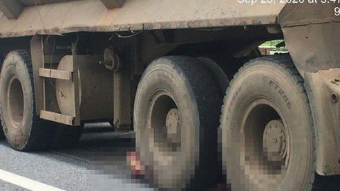 Xe đầu kéo cán chết người đàn ông bất ngờ văng từ xe bán tải xuống đường