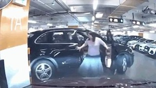 Siêu xe Porsche Cayenne 'gãy cánh' vì người phụ nữ quên làm điều quen thuộc này