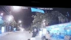 Clip: Hoảng hốt vì con lao ra trước đầu ô tô, chồng tung ngay cú đá về phía vợ