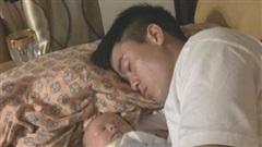 Con trai ngủ ngon trong lòng Duy Mạnh, Quỳnh Anh than thở: 'Biết mỗi thương bố, hành mẹ'
