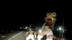 Tài xế giật mình khi bị đội lân nhí chặn đầu xe trên cầu, xin tiền ngay trong đêm tối