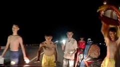 CLIP: Giữa cầu, đội lân nhí chặn đầu ô tô, xe máy xin tiền khiến bao tài xế khiếp sợ