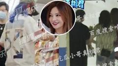 Giữa lùm xùm ly hôn vì chồng vỡ nợ, Triệu Vy lộ ảnh sống chung với trai trẻ gia thế không hề đơn giản?