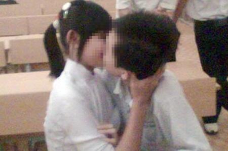 Xem clip con gái và bạn trai lớp 8, người mẹ khẩn cấp tìm cách giúp con vượt qua khủng hoảng