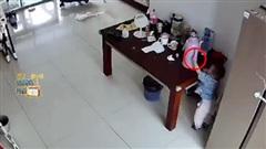 Đứa trẻ mò mẫm nghịch chiếc phích, và điều sau đó khiến người lớn hoảng hồn
