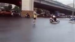 Mặc trời mưa đường đông, cô gái dựng xe đạp, múa may quay cuồng