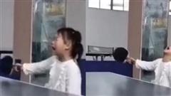 Vừa chống nạnh vừa gào khóc, cô bé 3 tuổi khiến cộng đồng mạng chao đảo vì sự đáng yêu và kỹ năng đánh bóng bàn 'bách phát bách trúng'