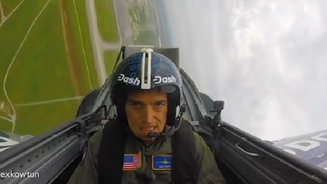 Phi công ngất lịm vì máy bay lướt quá nhanh