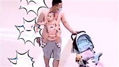 Ông bố mải nhìn điện thoại, rồi hoảng hồn dáo dác tìm đứa con đang… địu trên người