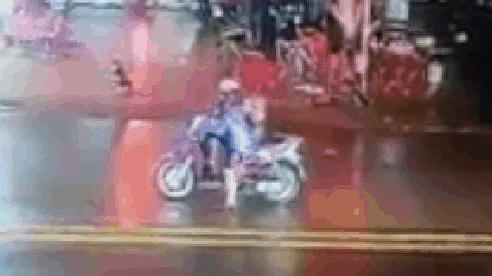 CLIP: Ô tô húc bay xe máy dừng chờ đèn đỏ, người phụ nữ lập tức nhảy ra ngoài với vẻ bối rối