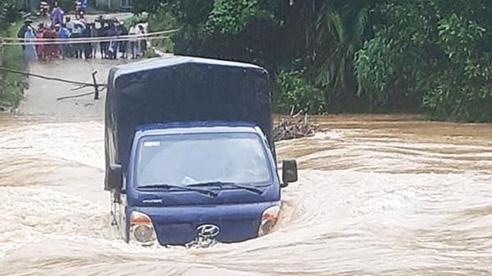 Clip: Khoảnh khắc sinh tử ô tô tải bị nước lũ cuốn trôi khi cố vượt qua đập tràn ở Quảng Nam