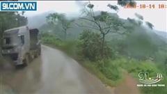 Pha va chạm nguy hiểm khiến cư dân mạng 'thót tim' giữa xe ben và container ngay trên sườn núi
