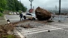 Xế hộp bị tảng đá khổng lồ nghiền nát đầu, tài xế may mắn thoát nạn