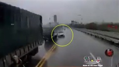 Choáng váng giây phút xe 4 chỗ đâm thẳng vào xe container
