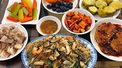 Nấu cơm tươm tất ngày bố mẹ đẻ lên thăm thì chồng khắc nghiệt: 'Chỉ biết ăn không ở không', vợ lập tức đáp trả bằng hành động khiến anh ta chết điếng