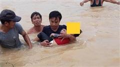 Đang ngủ trưa cùng cha, bé trai 3 tuổi thức dậy ra trước nhà thì rơi xuống dòng nước lụt chết đuối