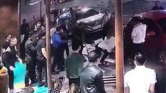 Nhóm thanh niên hỗn chiến với bảo vệ quán bar ở Sài Gòn vì mâu thuẫn rót rượu