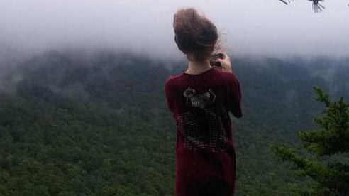 Đứng ở vách đá nhờ người yêu chụp ảnh, cô gái mất mạng vì cú đẩy vô tình của gã trai và dòng tin nhắn như 'điềm báo' gây lạnh gáy