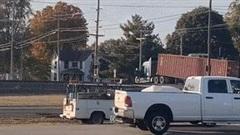 Khoảnh khắc xe container bị tàu hỏa đâm gãy đôi, văng xa trên đường ray